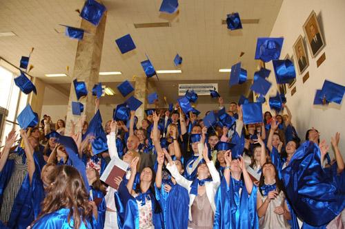 Дети стали на год взрослее, учителя, мамы и папы на год мудрее